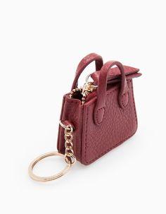 Na Stradivarius encontrarás 1 Chaveiro mala para mulher por apenas 5.95 € . Entra agora e descobre-o juntamente com mais CUSTOM MADE.