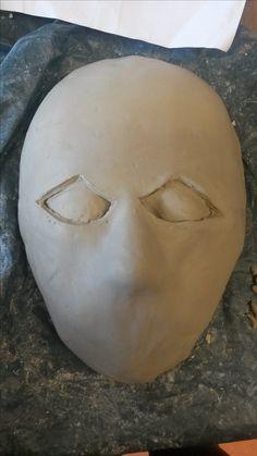 Ik heb in deze les verder gewerkt aan mijn masker. Ik heb besloten om een masker aan mijn masker te geven. Daarbij heb ik eerst een laag klein (verdeeld in drie stukken) over mijn masker gelegd. Daarna heb ik nog een  een laag over mijn masker gelegd. Toen ben ik verder gegaan met het uitsnijden van de ogen. Dat was nog wel het moeilijkste deel van allemaal. Ik heb toen heel voorzichtig met een mes geprobeerd de vorm van de ogen uit te snijden in de bovenste laag en dat is goed gelukt vind…