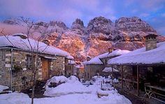 Πάπιγκο Greece Islands, Mountain Hiking, Winter Pictures, Ancient Greece, Greece Travel, Where To Go, Resorts, Tourism, Places To Visit