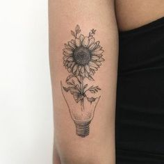 101 Best Sunflower Tattoo Ideas & Designs Guide) - Amazing Black and White Sunflower Tattoo – Best Sunflower Tattoos: Cute Sunflower Tattoo Designs - Detailliertes Tattoo, Form Tattoo, Shape Tattoo, Piercing Tattoo, Body Art Tattoos, Bone Tattoos, Tattoos For Girls, Girl Tattoos, Tatoos