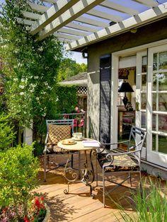 Exemple d'une terrasse chic de taille moyenne avec une pergola.