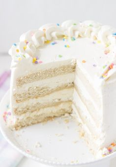 Classic Vanilla Bean White Layer Cake - a soft, fluffy and delicious vanilla cake recipe perfect for any birthday celebration. Cake for friends New Year's Desserts, Cute Desserts, Slow Cooker Desserts, Delicious Vanilla Cake Recipe, Vanilla Layer Cake Recipe, Cake Recipes, Dessert Recipes, Chocolates, Vegan Candies