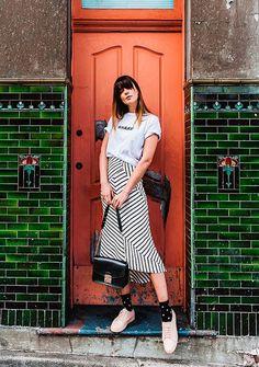 Ally May. Também adoramos o visual com a saia midi listrada e tênis.