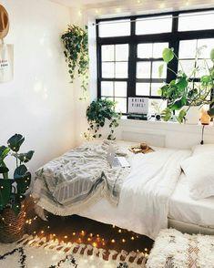 Um quarto com muito verde @urbanoutfitters
