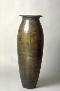 Vase - Jean Dunand (1877-1942)  Paris, vers 1921-1922  Cuivre martelé, décor incrusté, doré et patiné Arabesque, Art Nouveau, 1920s Art, Roaring Twenties, Art Deco Period, Silver Work, Ceramic Vase, Decoration, Vases