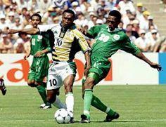 South Africa 2 Saudi Arabia 2 in 1998 in Bordeaux. John Moshoeu and Hamzah Saleh in action in Group C #WorldCupFinals