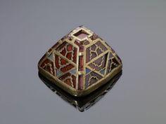 Pomo de espada piramidal del de 'The Staffordshire Hoard' (el botín de los reyes de Mercia). Cultura germánica anglosajona. ¿Primera mitad del siglo VII?