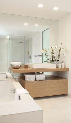 erstaunliches Bad mit großem Spiegel