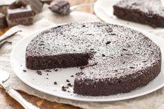 La torta al cioccolato senza farina è un dolce semplice da realizzare, dalla consistenza morbida e compatta, adatto ai celiaci.