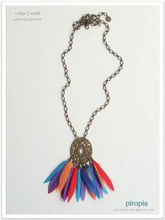 collar con plumas