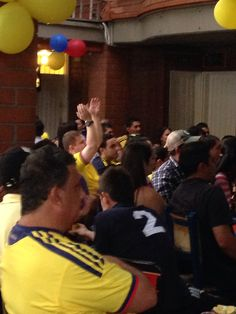 Los hinchas celebrando la expulsión de Carmona jugador de Chile, por doble cartón amarillo.