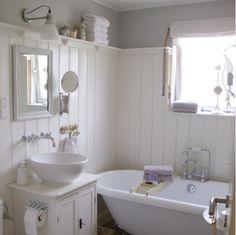 gardinen landhaus und weiße badewanne im kleinen badezimmer - die, Badezimmer gestaltung