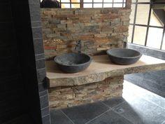 Wij maken in opdracht badkamer meubels op maat. Voor meer info kunt u ons bellen op 026-3511625 of email info@uniantiek.nl