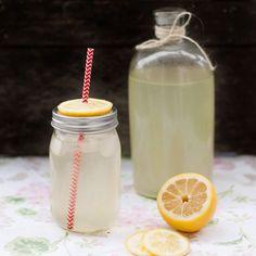 Att göra egen lemonad är enkelt, går snabbt och är såååå gott!