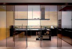Il vetro in cucina Kitchen Doors, Open Plan Kitchen, Kitchen Cupboards, Kitchen And Bath, Partition Design, Glass Partition, Door Design Interior, Bath Design, Modern Luxury