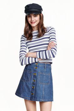 Юбка трапеция: Короткая юбка-трапеция с застежкой спереди.