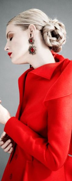 Through Elia's Eyes. The color red, for the Finishing touches . Messy Chignon, Mode Glamour, Simply Red, Red Fashion, Color Fashion, Black White Red, Shades Of Red, Red Color, Lady In Red
