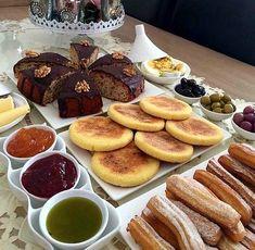 Présentation à la marocaine. Eid Breakfast, Moroccan Breakfast, Morrocan Food, Buffets, Breakfast Bread Recipes, Arabian Food, Food Test, Food Decoration, Food Platters