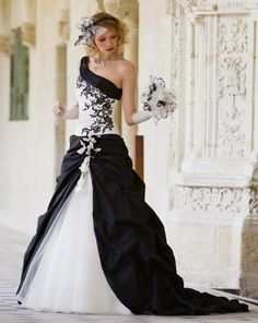 Guarda questo black and white wedding dress. Different Wedding Dresses, White Wedding Dresses, Nice Dresses, Prom Dresses, Formal Dresses, Designer Evening Gowns, Diamond Dress, Glamour, Gorgeous Wedding Dress