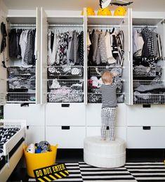 Vilkkilöillä sekä koti että ihmiset on puettu mustaan ja valkoiseen. Tämän perheen graafinen tyyli ulottuu sisustuksesta sukkiin. Vauva & Meidän perhe