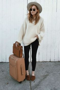 I love this warm but chic airport outfit! Perfect for autumn trips
