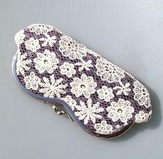Etui lunette en soie violette et dentelle, fermoir rétro en métal : Etuis, mini sacs par terredepassion