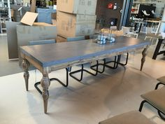 Tisch, 280 cm Länge.