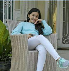 Kumpulan foto Naisa Alifia Yuriza (N.A.Y) Casual Hijab Outfit, Hijab Chic, Indonesian Girls, High School Girls, Ulzzang Fashion, White Jeans, Photoshoot, Lady, Celebrities