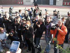 Dit zijn journalisten, die voor de Lijsterbes staan om meer informatie te komen weten over het dode lichaam naast de Lijsterbes.