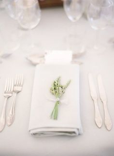 Trendy Ideas For Wedding Flowers White Simple Table Settings Summer Wedding Centerpieces, Wedding Table Flowers, White Wedding Flowers, Wedding Napkins, Wedding Decorations, Wedding Invitations, Church Decorations, Wedding Tables, Reception Table