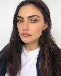 Phoebe Tonkin makeup for Chanel Beauty Make Up, Hair Beauty, Minimal Makeup, Dark Hair, Hair Inspo, Natural Makeup, Girl Crushes, Pretty People, Makeup Inspiration