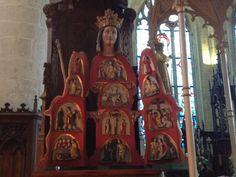 La Vierge ouvrante de Notre-Dame-de-Quelven raconte la passion du Christ.