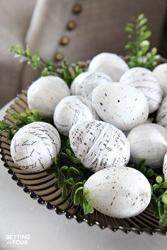 Idée déco des oeufs pour Pâques, avec des vieilles partitions de musique et de la colle à papier peint.