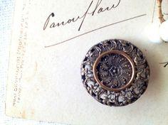 英国ヴィクトリア時代(1837年-1901年)に作られたフィリグリー(透かし模様)デザインのメタル製のボタンです。中心の一輪の花から、波模様のように広がる細や...|ハンドメイド、手作り、手仕事品の通販・販売・購入ならCreema。
