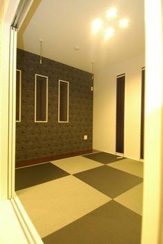 山間に建つ「モノカラーのモダン住宅」鉾田市Y様邸お引き渡し【その5 ... 廊下からリビングに入ってすぐ和室を見たらこんな感じです。 左側(南側)の黒っぽい壁がアクセント壁になっています。 天井の四角いダウンライト4つと正方形の畳が ...