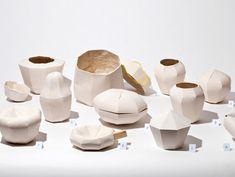 Annika Frye utilise ici la rotation et une gamme de moules aléatoires afin de créer des pièces uniques de plâtre. Les créations sont ensuite sablées à l'extérieur et l'intérieur est recouvert de vernis. Design assisté Design improvisé par Annika Frye