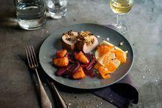 Das Schweinefilet wird mit Apfel, Pflaumen und Semmelbrösel gefüllt. Anschließend bekommt es eine Ciderdusche und darf es sich dann im Ofen gemütlich machen.