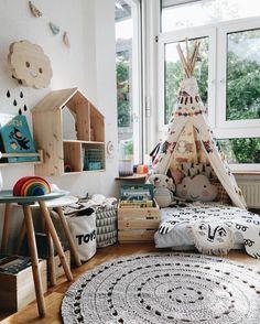 cosy deco, tapis rond gris, lit imitation tipi, grandes fenêtres, nuage et maison en bois