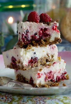 Fin ser den ud - og så smager den himmelsk! Kagen har chokoladekiksebund og flødeostefyld med chokolade og hindbær
