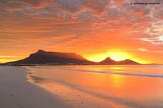The world's most captivating sunset spots - Cape Town – South Africa Beautiful Ocean, Beautiful Sunrise, Most Beautiful Cities, Cape Town Photography, Beach Photography, Apartheid Museum, Mountain Sunset, Cape Town South Africa, Table Mountain