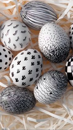 Black-and-white Easter eggs - Tutorial - These painted Easter eggs in stylish black-and-white designs are quick and easy to make yourself. Egg Crafts, Easter Crafts, Holiday Crafts, Diy And Crafts, Bunny Crafts, Spring Crafts, Wood Crafts, Holiday Decor, Diy Osterschmuck