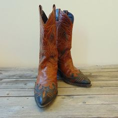 Gorgeous vintage womens Code West cowboy boots with beautiful black & purple detailing.  Very good vintage condition.  Size is marked as a 6.5 M, in womens US sizing. Please double check measurements below to ensure fit.  All measurements taken from the outside of the boot: Toe to heel - 10 (25.5 cm) Width of heel - 2 3/8 (5.5 cm) Width at ball - 3 (7.5 cm) Heel height - 1.5 (3.5 cm) Leather Height - 11 (28 cm)