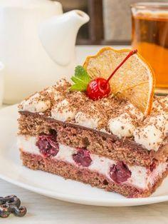 Шоколадное пирожное с вишней