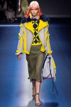 Sfilata Versace Milano - Collezioni Autunno Inverno 2017-18 - Vogue