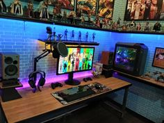 Best Setup of Video Game Room Ideas [A Gamer's Guide] This list of the most advanced, smart, and innovative video game room ideas will guide you to find Simple Computer Desk, Computer Desk Setup, Gaming Room Setup, Gaming Desk, Gaming Rooms, Gaming Headset, Office Games, Office Setup, Pc Setup