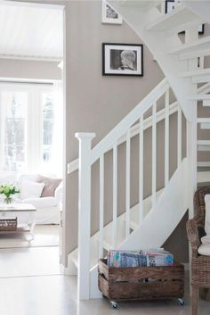 White stairs and beige wall, match! Interior Design Tips, Interior Inspiration, Home Interior, Interior Design Living Room, White Staircase, Beige Walls, Scandinavian Home, House Stairs, Other Rooms