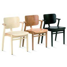 Ilmari Tapiovaara suunnitteli Domus-tuolin 1947 Domus Academican opiskelija-asuntoloiden lukutuoliksi.