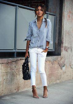 chemise rayée femme, pantalon blanc déchiré et sandales à hauts talons