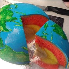 19 Kitchen Science Experiments You Can Eat - DIY earth cake Globe Cake, Science Cake, Science Party, Earth Cake, Planet Cake, Earth Layers, Kitchen Science, Science Projects, Science Experiments