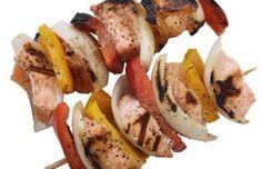 Kebab de pez espada a la barbacoa Cortar el pez espada en dados de aprox. 3 cm x 3 cm y la cebolla y los pimientos en tiras 4-5 cm. Utilizando un palito de madera o mejor de metal preparar los kebabs poniendo un dado de pez espada, una tira de pimento rojo o amarillo y una tira de cebolla. Repetir esta secuencia 3-4 veces. Sazonar con sal y pimienta negra recién molida. Calentar la barbacoa y cocinar los kebabs teniendo cuidado que no se quemen. Servir y comer bien calientes